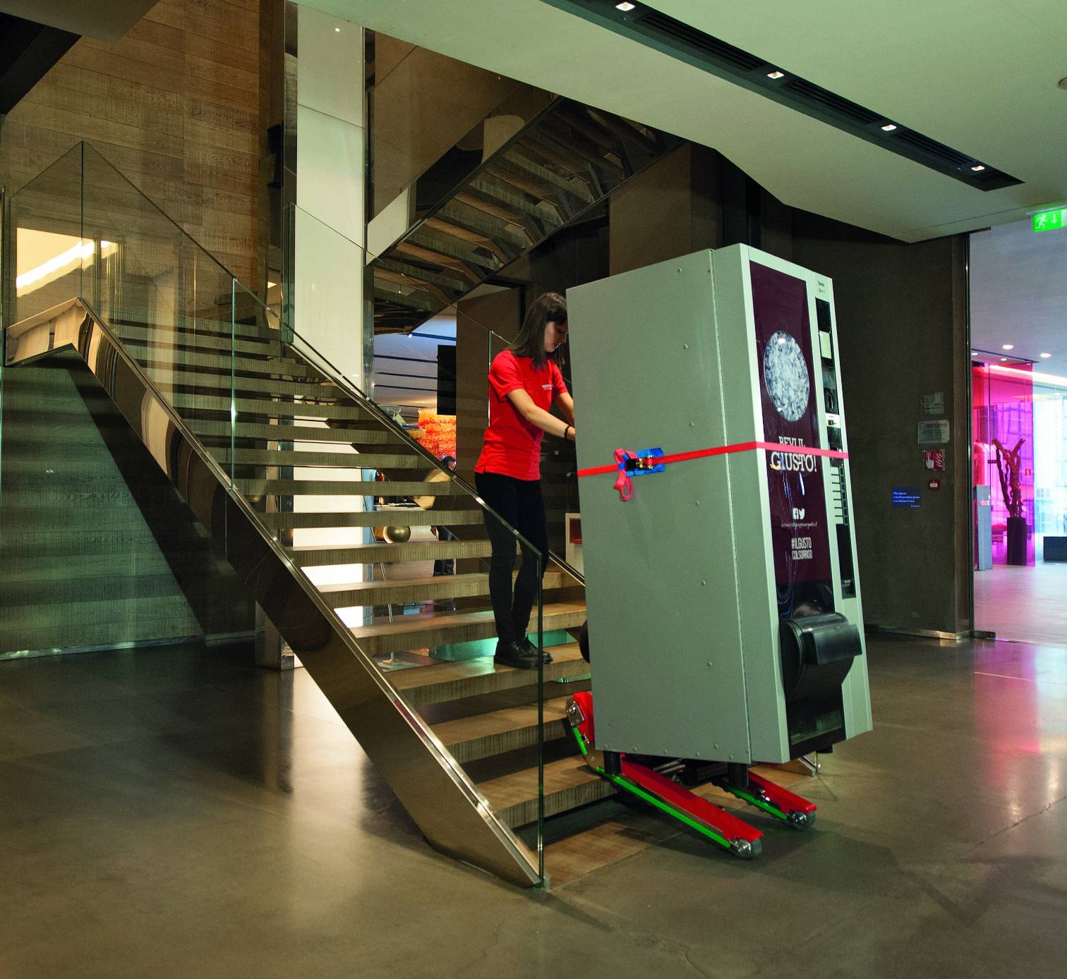 stairclimbing-trolley-domino-automatic-vending-machine-zonzini-4